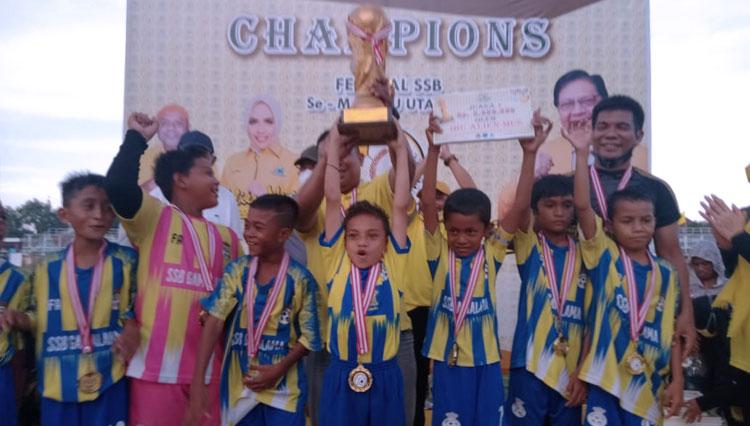 Majukan Sepakbola Maluku Utara, Alien Mus Bagikan 1.000 Bola Untuk 79 Tim SSB di Ternate
