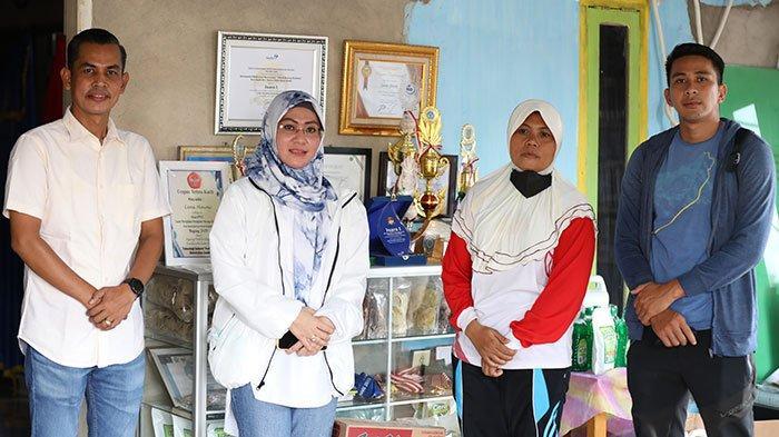 Saniatul Lativa Serahkan Bantuan Modal Ke Sekolah Dayung Habibah di Kota Jambi