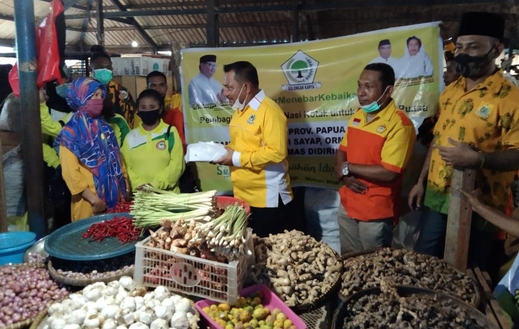 Golkar Papua Barat Serap Aspirasi Pedagang Sambil Bagi Takjil di Pasar Sanggeng dan Wosi Manokwari