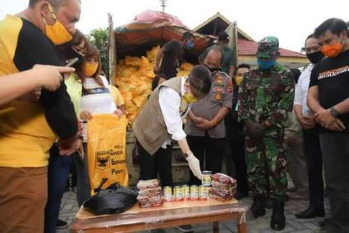 Tetty Paruntu Serahkan 500 Paket Bantuan IIPG Untuk Korban Bencana Kota Manado