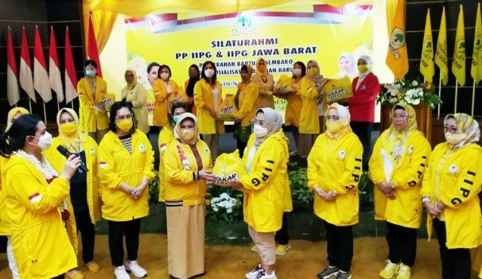 Yanti Airlangga Pimpin Srikandi IIPG Bagikan Sembako dan Makanan Siap Saji di Kota Bandung