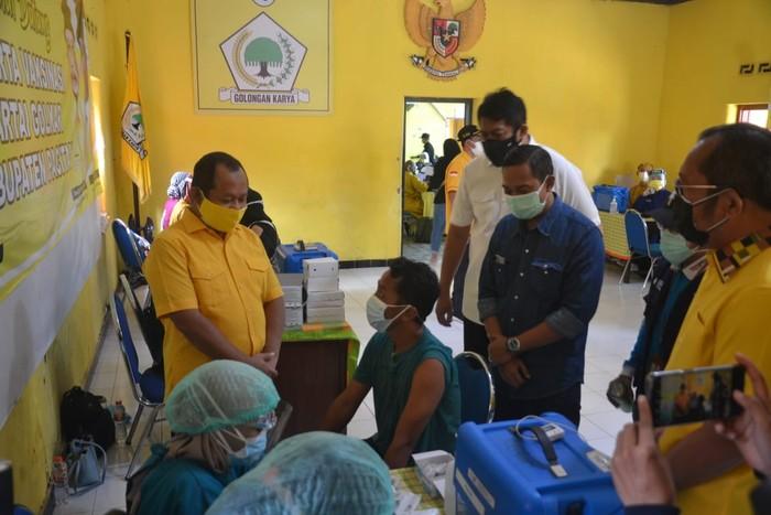Golkar Jatim Gelar Vaksinasi Untuk 1.000 Warga Pacitan, Bupati Indrata Nur Bayu Aji Beri Pujian