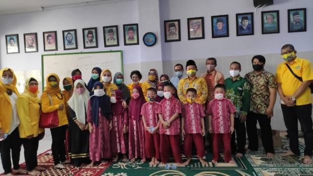 HUT Ke-56, Golkar Jatim Serahkan Popok dan Susu Bayi ke Panti Asuhan Muhammadiyah Medokan Ayu
