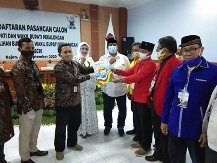 Diiringi Ribuan Massa, Fadia Arafiq-Riswadi Naik Becak Daftar ke KPU Kabupaten Pekalongan