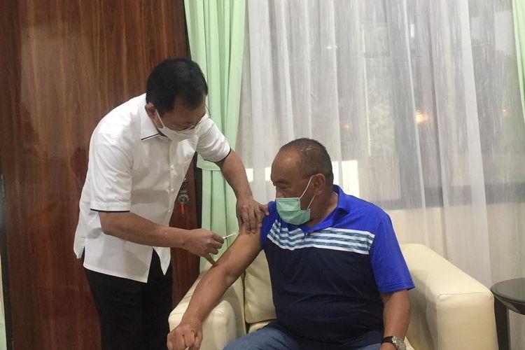 Eks Menkes Terawan Suntikkan Langsung Vaksin Nusantara ke Aburizal Bakrie dan Istri