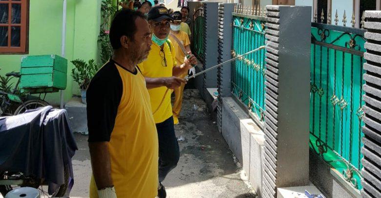 Tangkal COVID-19, Golkar Kota Cirebon Semprot Disinfektan Rumah Warga dan Sarana Publik