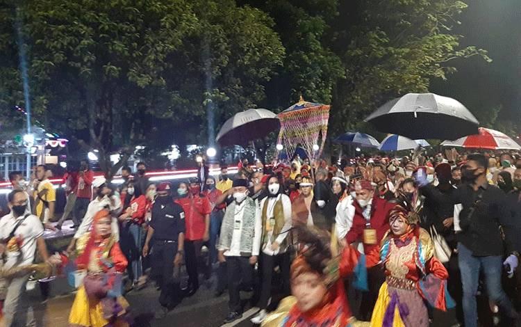 Berkah Gerimis Di Siang Kemarau Iringi Sugianto Sabran-Edy Pratowo Jalan Kaki ke KPU Kalteng