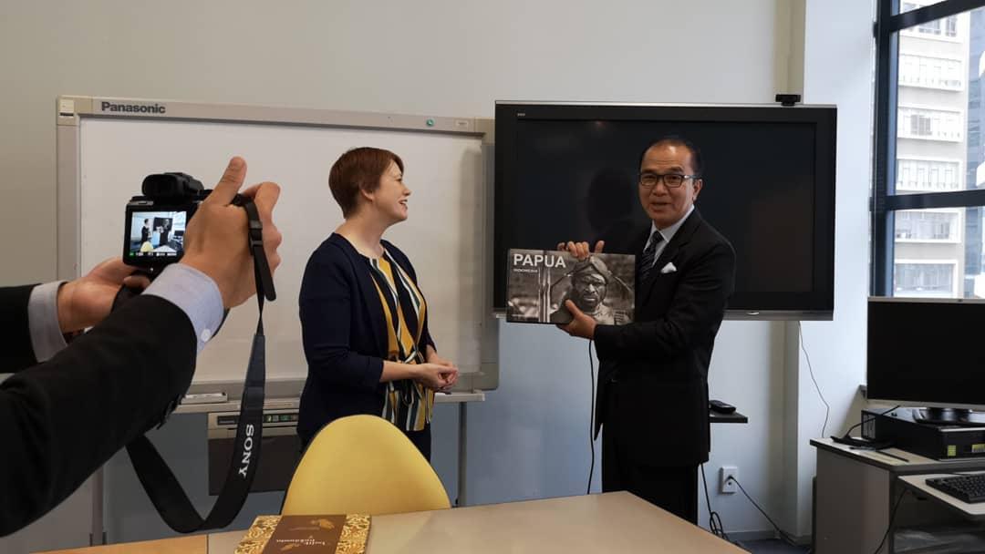 Promosikan Indonesia, Tantowi Yahya Donasi Buku-Buku Seni Budaya Ke Wellington City Library