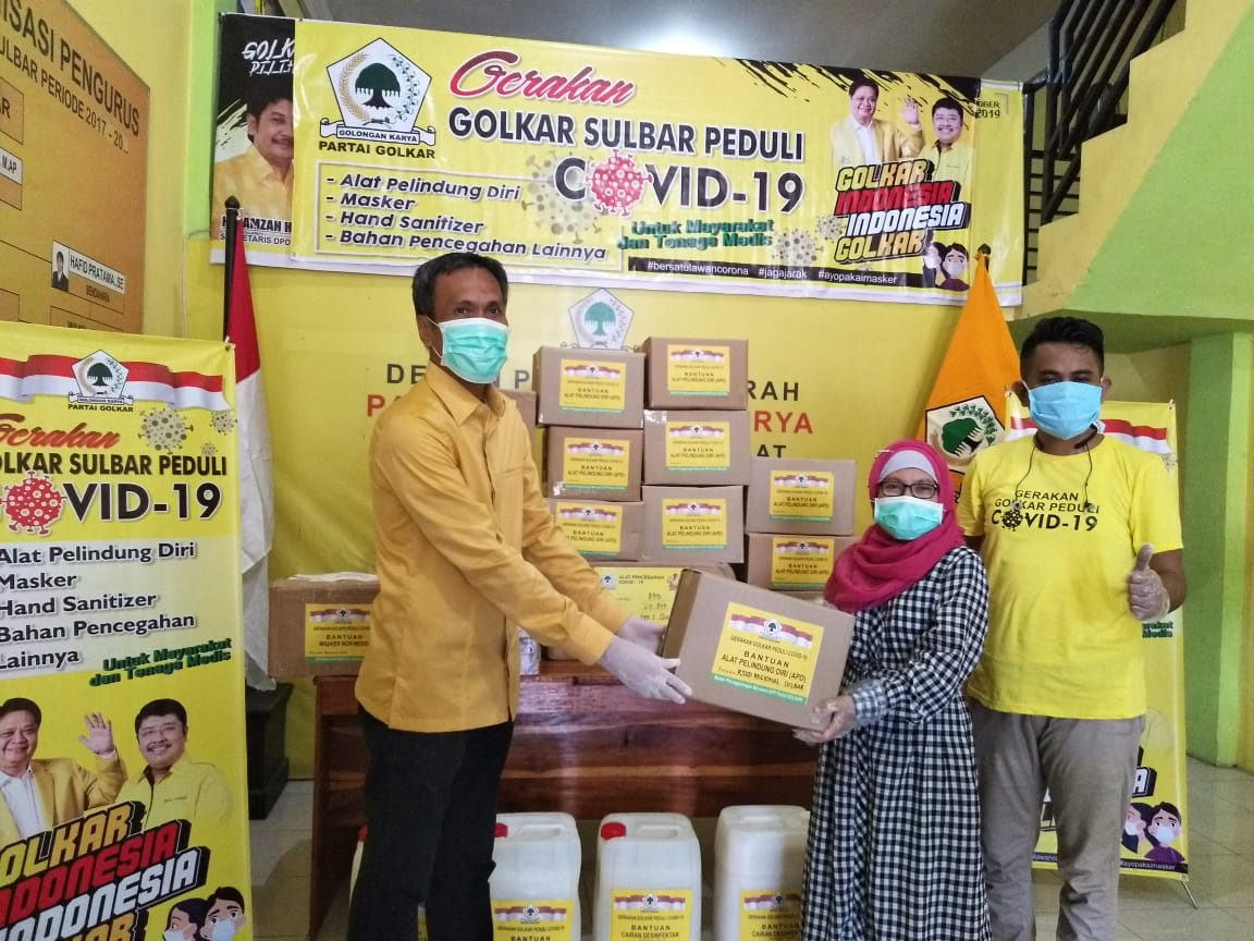 Usman Suhuria Wakili Golkar Sulbar Serahkan APD Untuk Tenaga Medis di RS Regional