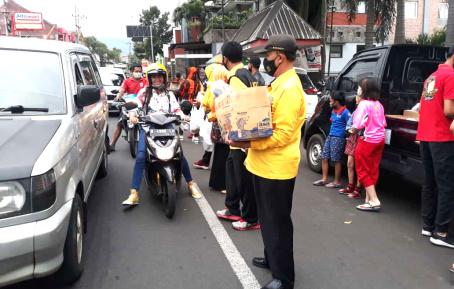 Ramadhan Saat Pandemi, Golkar Kota Batu Bagikan Gratis 1.000 Takjil dan 1.000 Masker