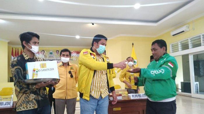 Fraksi Golkar DPRD Jateng Bagi Ribuan Hand Sanitizer dan Masker di Kota Semarang