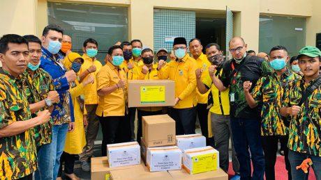 Wakili DPP Ormas MKGR, Taufan Soedirdjo Serahkan 100 APD Untuk Pemkot Depok