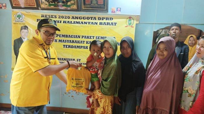Erry Iriansyah Bagikan 800 Paket Sembako Bagi Masyarakat Kubu Raya Terdampak COVID-19