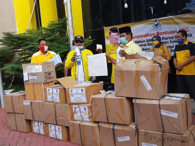 Supian HK Serahkan Bantuan Ribuan APD Ke Golkar Kalsel