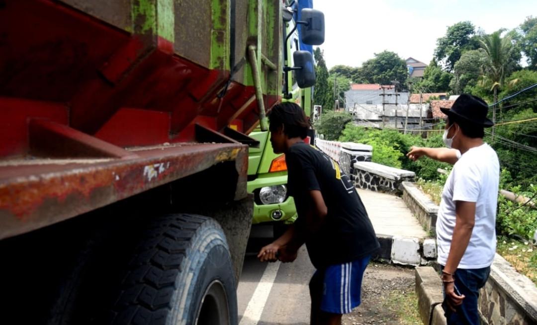 Takut Rusak dan Roboh, Dedi Mulyadi Tegur Para Sopir Truk Tidak Parkir di Jembatan