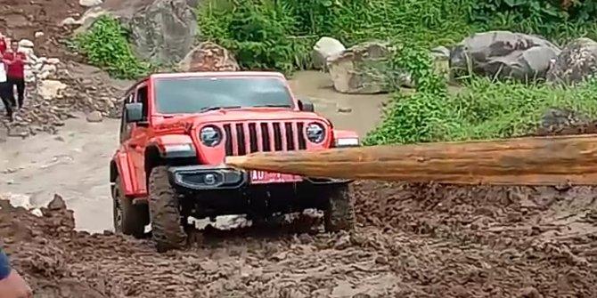 Blusukan Ke Proyek Waduk Jlantah, Jeep Mahal Bupati Karanganyar Terjebak di Tengah Sungai