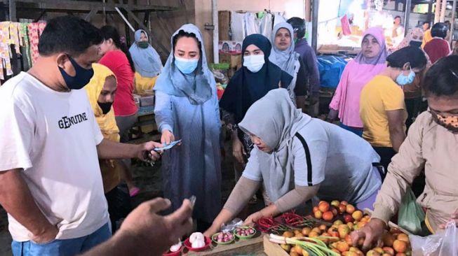 Kunjungan Kerja di Halmahera Utara, Alien Mus Sapa Para Pedagang Pasar Tobelo
