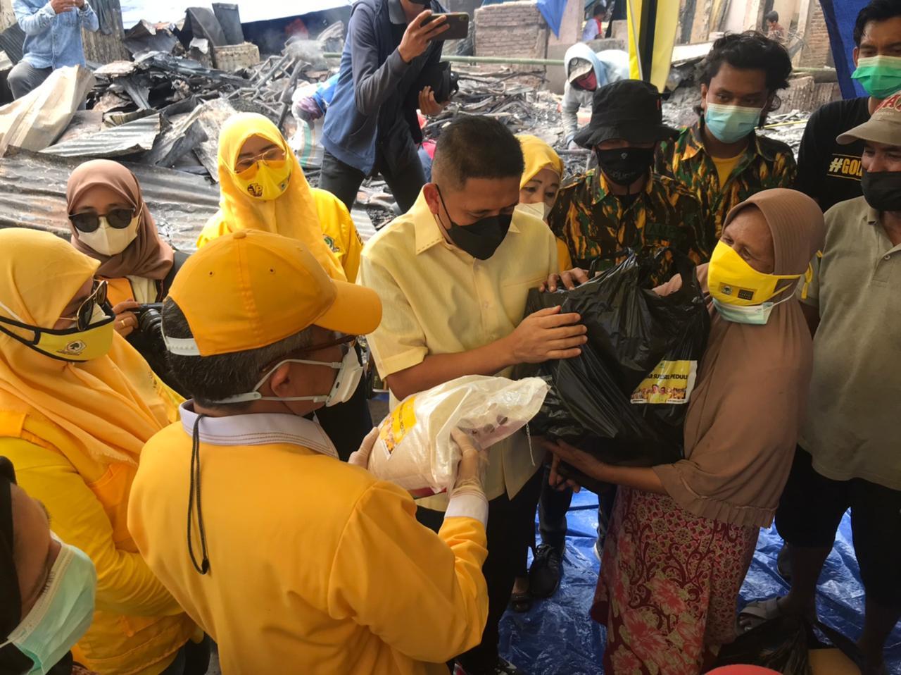 Taufan Pawe Pimpin Kader Golkar Sulsel Serahkan Bantuan Bagi Korban Kebakaran di Tamalate