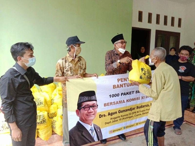 HUT Ke-56 Partai Golkar, Agun Gunandjar Berbagi Sembako Untuk Warga Ciamis dan Pangandaran