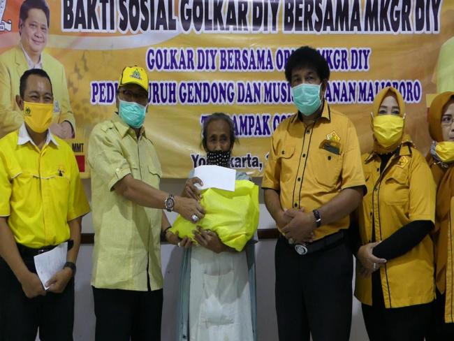 Golkar DIY Bagikan Sembako Untuk Buruh Gendong Beringharjo dan Musisi Malioboro