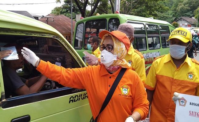 Elly Toisuta Pimpin Kosgoro 1957 Maluku Bagi Masker Gratis Untuk Warga Kota Ambon