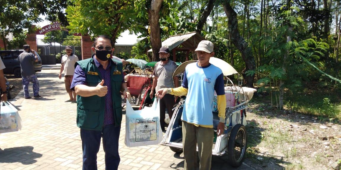Prihatin Pandemi COVID-19, Istu Hari Subagyo Bagikan 500 Sembako di Nganjuk