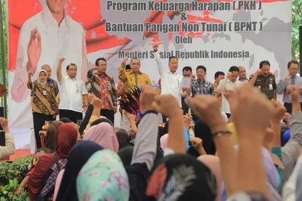Andi Achmad Dara Dampingi Mensos Salurkan Bantuan PKH Di Tangerang