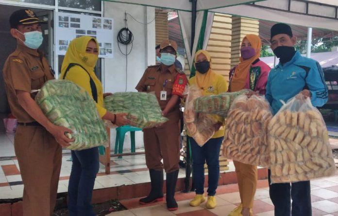 Satgas Golkar Kota Tangerang Bagikan Ratusan Nasi Bungkus dan Ribuan Roti Untuk Korban Banjir