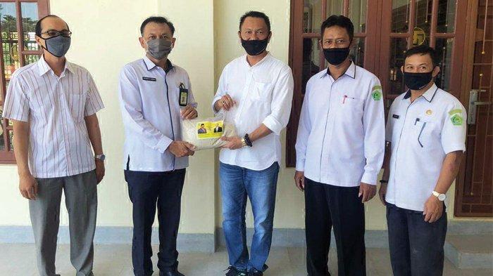 Bambang Patijaya Serahkan Sembako Untuk Warga Babel Lewat Lembaga Keagamaan