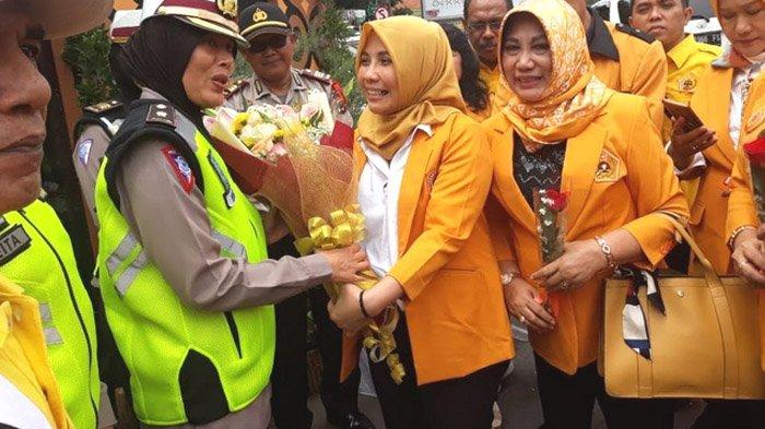 HUT Ke-60, MKGR Jatim Bagikan Bunga Untuk Petugas Pengamanan Tahun Baru
