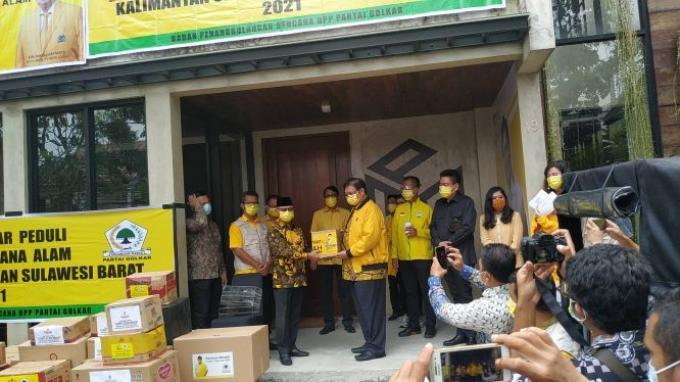 Golkar Serahkan Sembako Hingga Penjernih Air Senilai Rp.4,75 Miliar Untuk Korban Bencana Kalsel-Sulbar