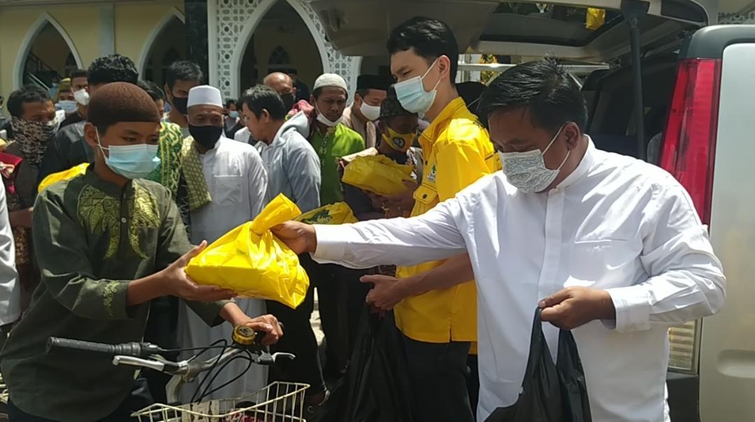 Milenial Golkar Kepri Berbagi 500 Kotak Makanan Untuk Jemaah Masjid Darussalam Batuaji