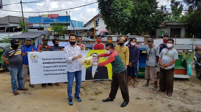 Bambang Patijaya Bagikan Paket Sembako Untuk Pengendara Bentor Terdampak COVID-19 di Sungailiat