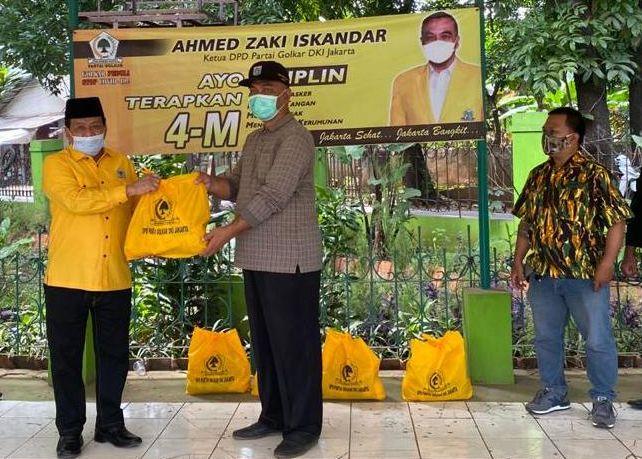 Golkar DKI Jakarta Bagikan Paket Sembako Untuk Petugas Makam COVID-19 TPU Pondok Ranggon