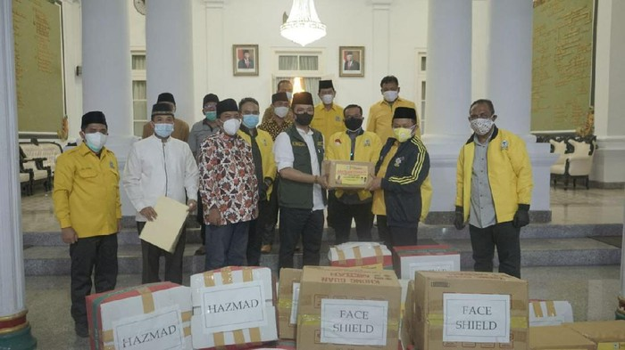 Cegah COVID-19, Golkar Jatim Serahkan Puluhan Ribu Masker dan Ratusan APD Ke Pemkab Bangkalan