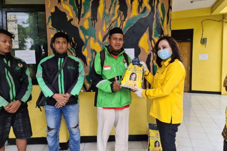 Ketua HWK, Aries Kristyani Bagikan 5 Ton Beras Untuk Warga Kota Surabaya
