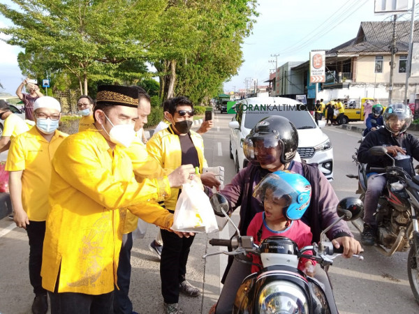 Bersama Kader Golkar Kukar, Hasanudin Mas'ud Bagikan 700 Paket Takjil di Tengarong