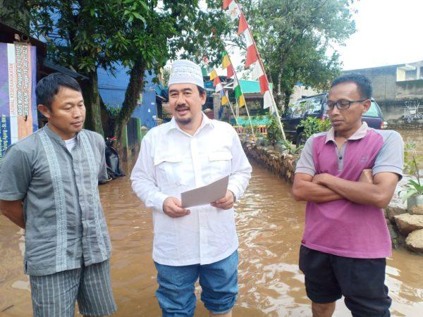 Deding Ishak Bagikan Sembako Bagi Pengungsi Banjir di Baleendah dan Dayeuhkolot
