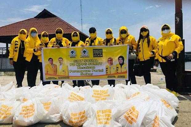 Riny Sofyanti Pimpin KPPG Sumut Naik Perahu Salurkan Bantuan Untuk Nelayan Seberang