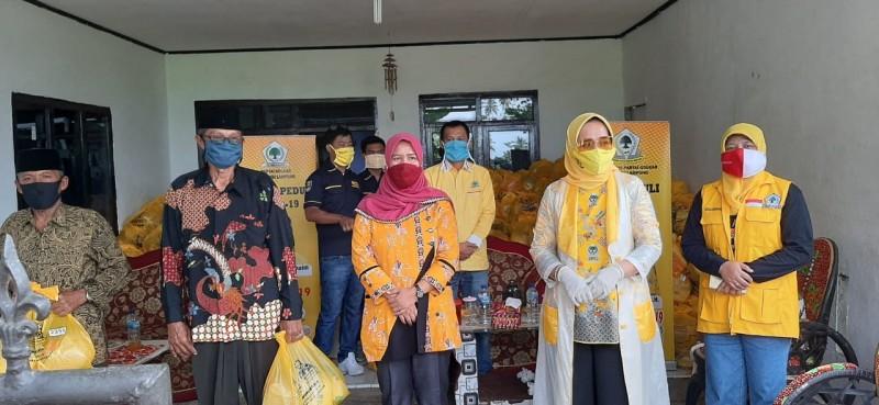 Riana Sari Arinal Pimpin IIPG Serahkan Bantuan Bagi Warga terdampak COVID-19 di Pesisir Barat