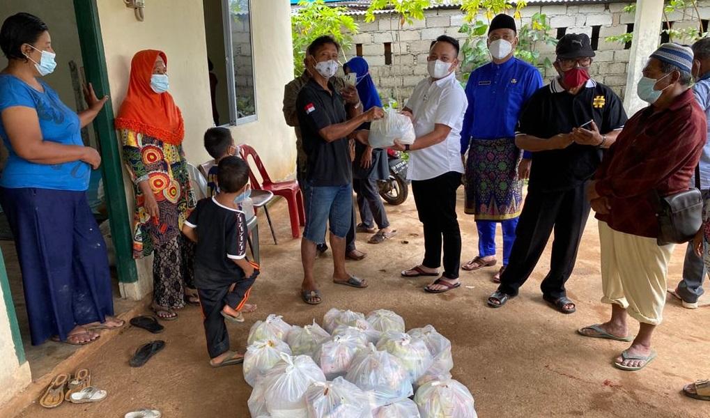 Dasril Beri Bantuan Sembako Bagi Warga Batu Naga Dompak Terdampak Banjir