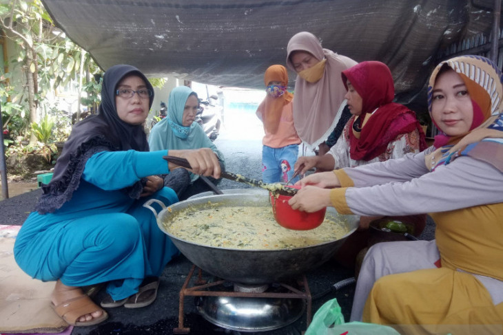 Gandeng Ibu-Ibu Komplek PWI, Golkar Kota Banjarmasin Gelar Tradisi Bubur Asyura
