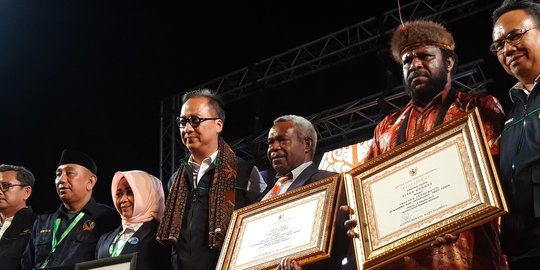 Lindungi Pendatang Saat Papua Rusuh, Mensos Beri Penghargaan Yason Yikwa dan Titus Kagoya