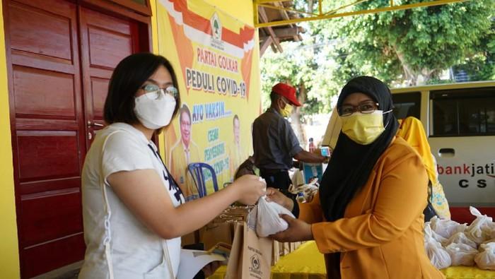 Bantu Tambah Imun, Golkar Jatim Bagikan Paket Telur Ke 500 Peserta Vaksinasi di Kota Madiun