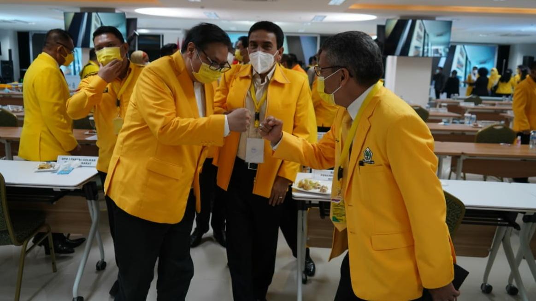 Airlangga Hartarto Panggil Taufan Pawe 'Gubernur' di Rapimnas Golkar