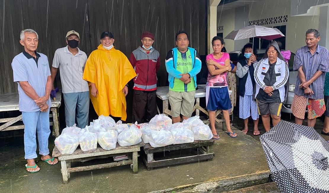 Dasril Kembali Turun Tangan Bagikan Sembako Untuk Warga Bukit Bestari Terdampak Banjir