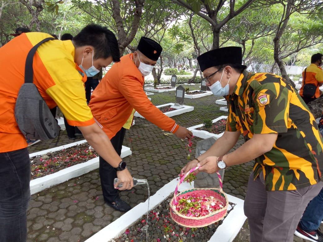Hari Pahlawan dan HUT ke-63, Kosgoro 1957 Tabur Bunga di Makam Pahlawan Kota Bekasi