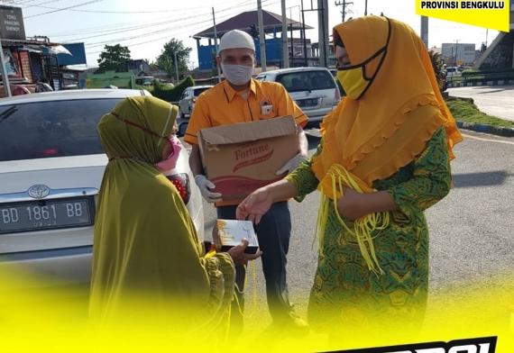Borong Dari Pedagang Lokal, Pengajian Alhidayah Bengkulu Bagikan Sebagai Takjil Untuk Masyarakat