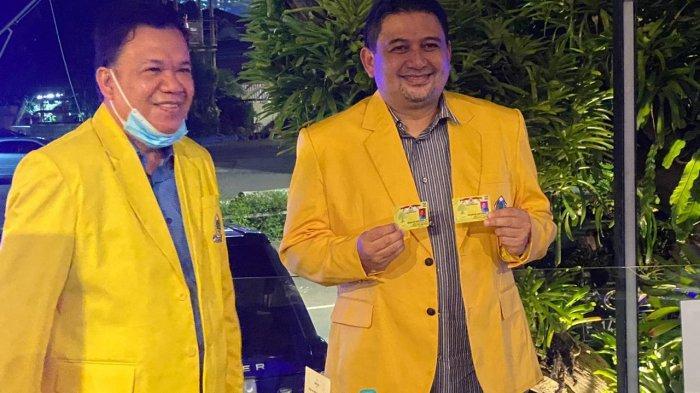 Berjaket Kuning, Calon Walikota Makassar Munafri Arifuddin Terima KTA Golkar Dari Roem Kono