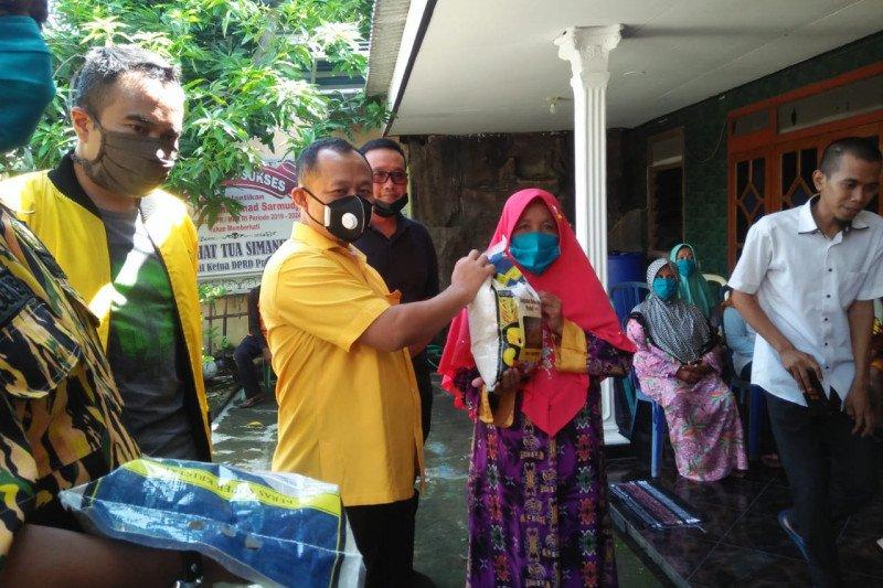 Sarmuji Dampingi AMPG Kota Surabaya Bagikan 1,5 Ton Beras Untuk Masyarakat Rungkut